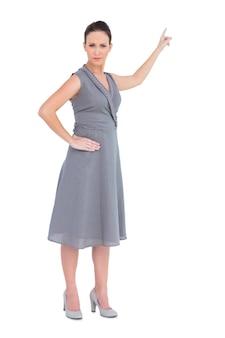 豪華な女性を指差し指している上品なドレス