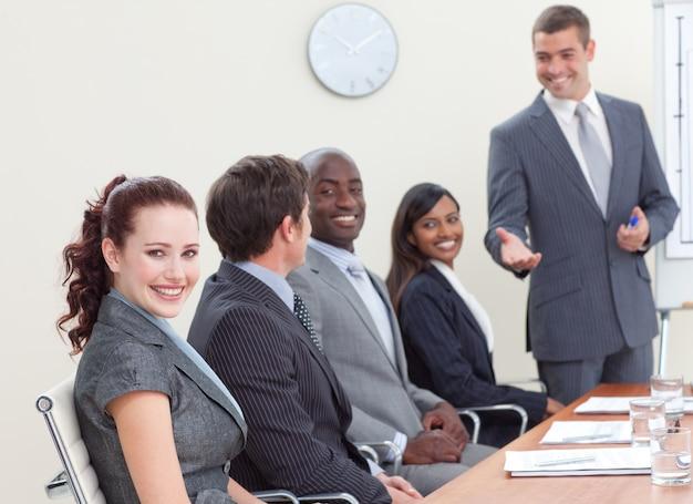 同僚に聞く会議のビジネスの人々