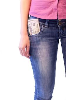 彼女のポケットの中にドルを持つ女性