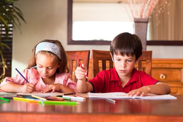 子供たちは宿題をしている