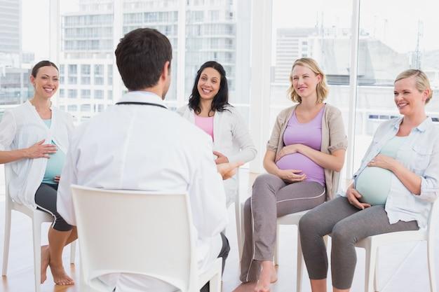 妊産婦クラスの医者に聞く妊娠中の女性