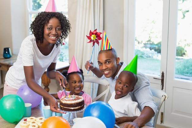 Счастливая семья празднует день рождения вместе за столом