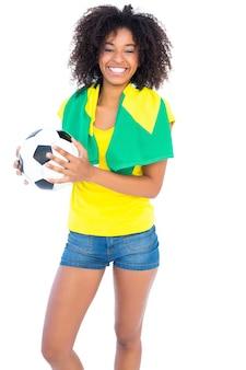 ブラジルの旗がカメラで笑うかなりのサッカーファン