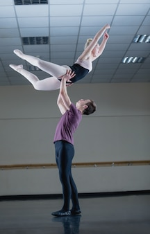 バレエ団が一緒に優雅に踊る