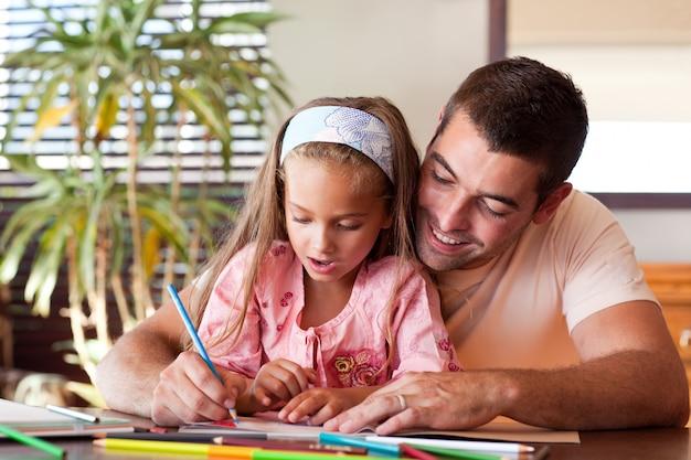 彼女の娘を宿題のために助ける光る父