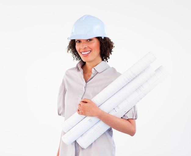 Брюнетка женщина-архитектор с планами и жесткими шляпами