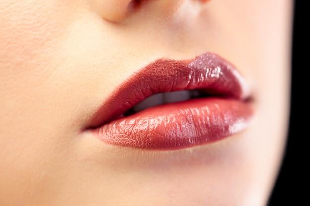Закройте красивые глянцевые губы