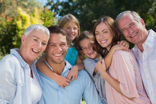 田舎で笑顔の家族や祖父母