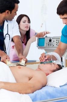 患者を蘇生させる野心的な医療チーム
