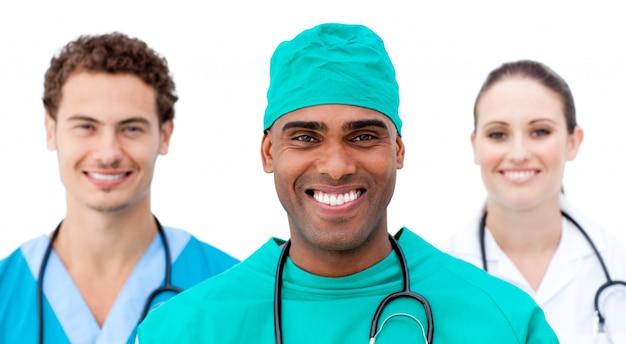 国際的な医者が連続して立っている