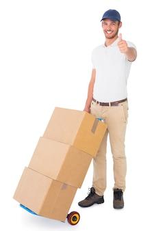 箱のトロリーを押すハッピーデリバリーマン