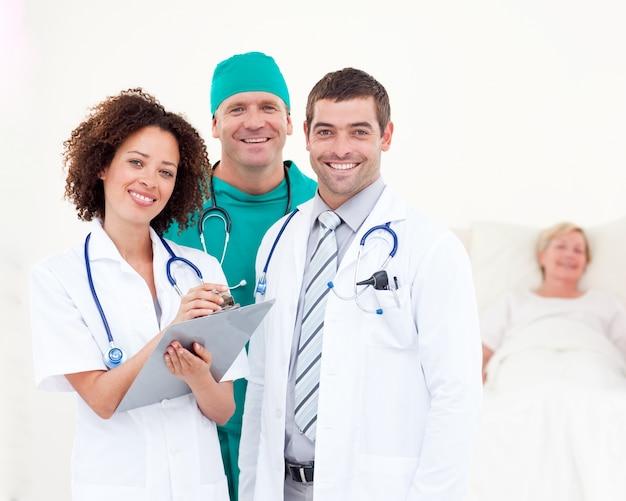 病院で一緒に働く医者
