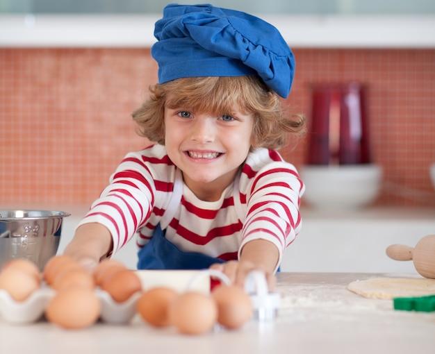 卵を持つ笑顔の子供