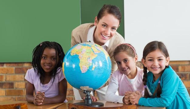 かわいい生徒と教室の先生、地球儀