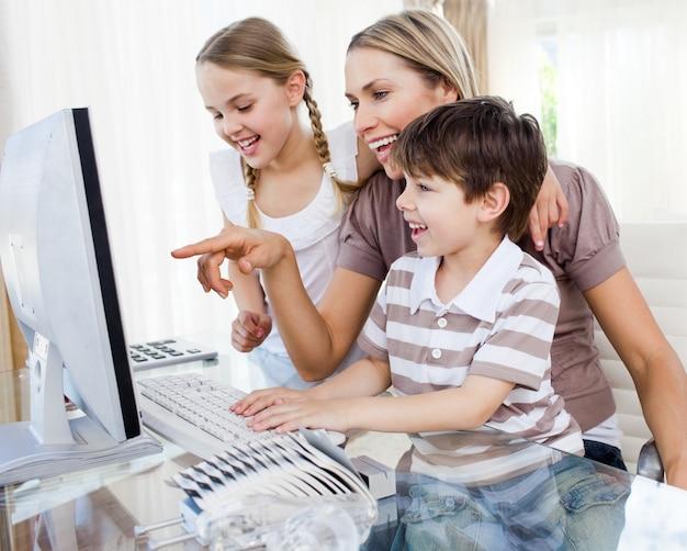 Дети и их мать с помощью компьютера