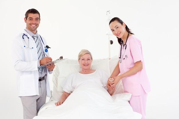 看護婦と医者の間の女性患者