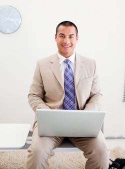 Молодой предприниматель, ожидающий интервью