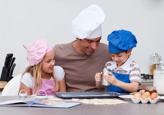 Отец и дети выпекают на кухне