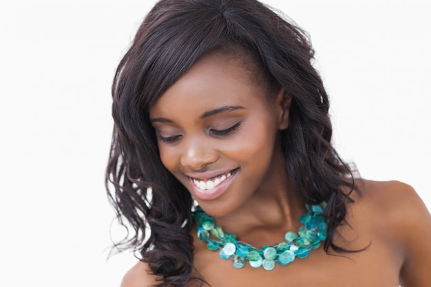 笑顔とネックレスを着ている女性