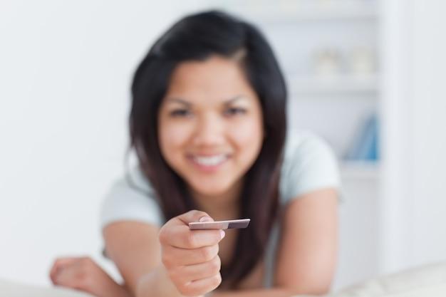 Женщина, держащая кредитную карту