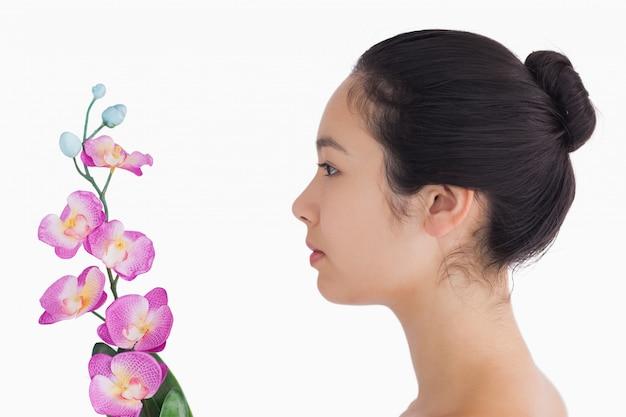 Женщина, глядя на орхидеи
