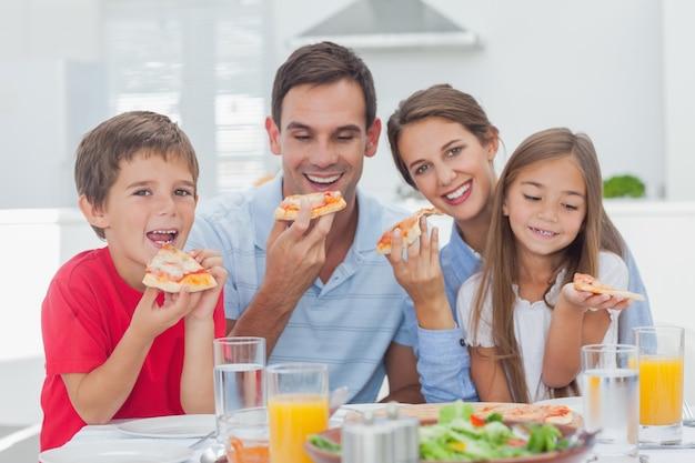 ピザスライスを食べる家族