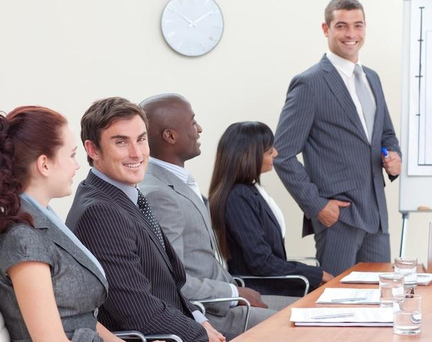 同僚を聴いている会議のブースタースタッフ