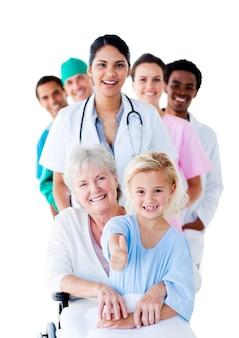 上級女性と彼女の世話をしている気配りのある医療チーム