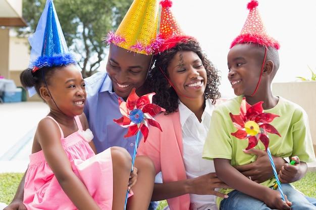 Счастливая семья празднует день рождения вместе в саду
