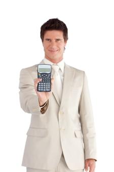 彼の手に電卓を持っている笑顔のビジネスマン