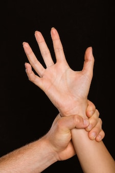 Мужское ручное захват женского запястья