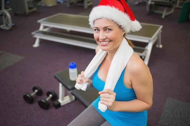 Праздничная брюнетка, улыбка на камеру в фитнес-студии
