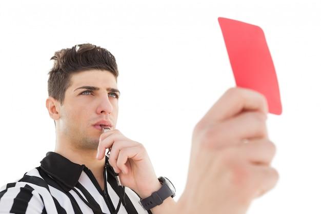 Серьезный судья показывает красную карточку