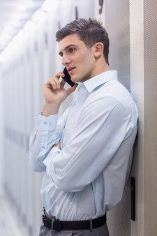 若い技術者が電話で