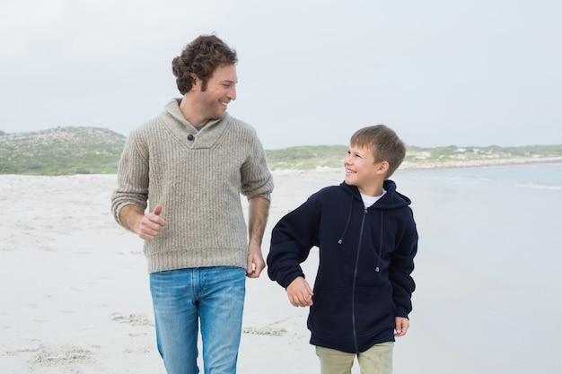 ビーチでジョギングする男と息子