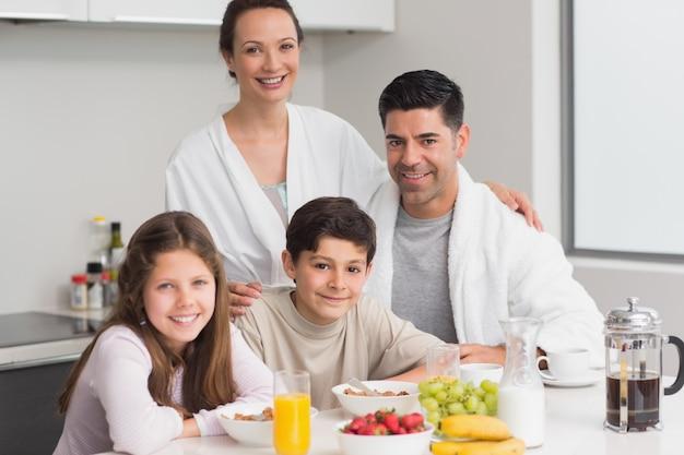 両親と朝食を楽しむ幸せな子供の肖像