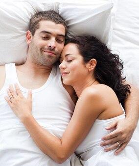 ベッドで一緒にボーイフレンドとガールフレンド