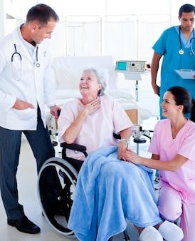 シニアの女性を世話する自信を持った医療チーム
