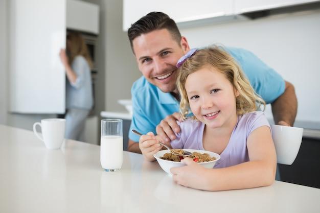 父と娘、朝食、テーブル、家