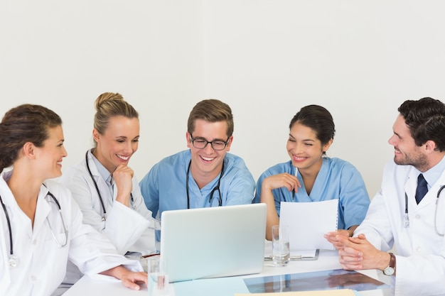 Медицинская команда обсуждает ноутбук