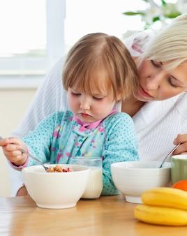 Помогая матери и дочери позавтракать