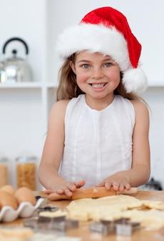 キッチンでクリスマスケーキを焼く家族