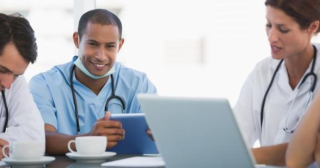 病院での会議で医師