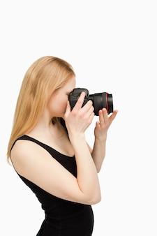 カメラを目指してブロンドの女性