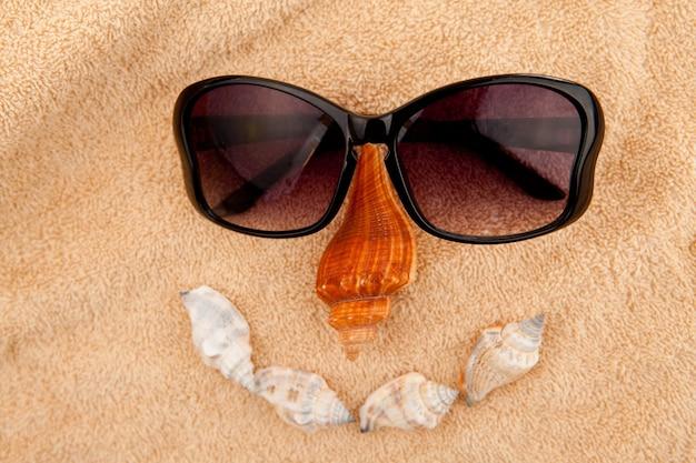 顔を表す貝やサングラス
