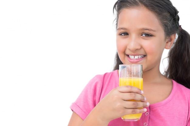Веселая девочка, пить апельсиновый сок