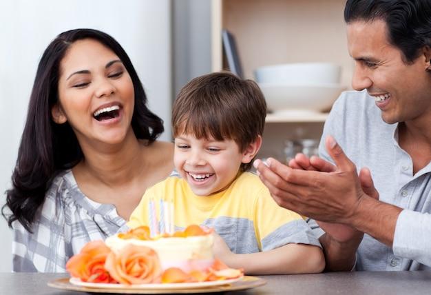 一緒に誕生日を祝う家族を笑う