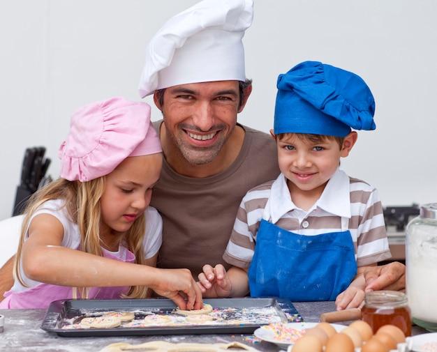 Отец, дочь и сын, выпечка на кухне