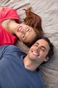 Крупный план двух друзей, глядя в небо, лежа на одеяло