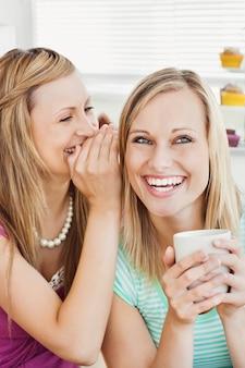 Радостные друзья кавказской пить кофе на кухне